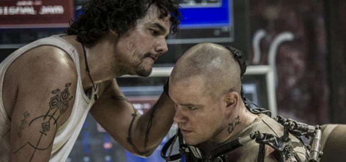 Matt Damon and Wagner Moura in Elysium (2013)